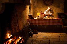 La taverne du Père Noël installée dans les cuisines du Château de la Ferté St Aubin lors de l'animation Noël au Château.