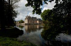 Le château de la Ferté St Aubin aperçu depuis les jardins.