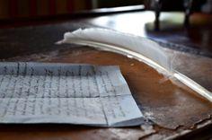 Lettre manuscrites et sa plume dans l'un des escape games du château de la ferté st aubin.